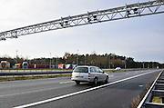 Nederland, A1 Losser, 24-1-2012Camerabewaking aan de grens. Het is een pilot om alle verkeer wat het land binnenkomt te fotograferen en op overtredingen te controleren.Het College Bescherming Persoonsgegevens, CBP, maakt bezwaar tegen het registreren van kentekens die enige tijd bewaard worden in het kader van criminaliteitsbestrijding. Ook zou het in strijd zijn met het verdarg van Schengen wat vrij verkeer tussen de lidstaten garandeerd.Foto: Flip Franssen/Hollandse Hoogte