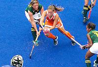 ARNHEM - Kelly Jonker in duel met Nico Terblanche (l) , donderdag tijdens de oefenwedstrijd tussen de vrouwen van Nederland en Zuid Afrika. COPYRIGHT KOEN SUYK