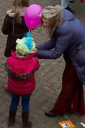 Maxima verwelkomt Sinterklaas tijdens de aankomst van in Scheveningen met haar kinderen Prinses Amalia , prinses Alexia en prinses Ariane <br /> <br /> Maxima welcomes the arrival of Sinterklaas in Scheveningen with her ??children Princess Amalia, Princess Alexia and Princess Ariane