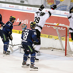 Tor zum 3:1 durch 8 Marco Nowak (Spieler Thomas Sabo Ice Tigers)<br /> mit auf dem Bild 51 Timo Pielmeier (Torwart ERC Ingolstadt), 88 Brandon McMillan (Spieler ERC Ingolstadt), 42 Jared Ross (Spieler ERC Ingolstadt) 14 Dustin Friesen (Spieler ERC Ingolstadt) und 39 David Steckel (Spieler Thomas Sabo Ice Tigers) beim Spiel in der DEL, ERC Ingolstadt (blau) - Nuenrberg Ice Tigers (weiss).<br /> <br /> Foto © PIX-Sportfotos *** Foto ist honorarpflichtig! *** Auf Anfrage in hoeherer Qualitaet/Aufloesung. Belegexemplar erbeten. Veroeffentlichung ausschliesslich fuer journalistisch-publizistische Zwecke. For editorial use only.