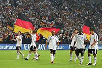 Fotball<br /> Privatlandskamp<br /> Tyskland v Sverige<br /> Foto: Witters/Digitalsport<br /> NORWAY ONLY<br /> <br /> 16.08.2006<br /> Schlussjubel Deutschland mit deutschen Fahnen<br /> Laenderspiel Deutschland - Schweden Testspiel