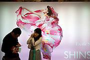 Passanten vor einer Werbung in einer Passage der Seoul Metro im Zentrum der koreanischen Hauptstadt.<br /> <br /> Passersby infront of a commercial in a passage of the Seoul Metro in the city center of the Korean capital.