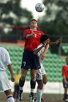 Fotball. EM-kvalifisering U21, Nadderud 1. september 2000. Norge-Armenia. John Arne Riise, Norge og Romeo Jenebyan, Armenia. Foto: Digitalsport.