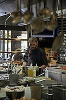 Pensée comme un « lieu social » favorisant les rencontres,  avec sa cuisine ouverte, son espace privé, son bar, sa vinoteca et sa terrasse, la brasserie FR\AME se distingue par la créativité du chef Andrew Wigger et la vision intemporelle de l'architecte d'intérieur et scénographe Christophe Pillet.<br /> À eux deux, ils ont réussi à transposer l'esprit West Coast dans un environnement parisien.<br /> C'est également le plus grand potager parisien avec, en plus, ses poules et ses abeilles.<br /> Directement du producteur au consommateur.<br /> Andrew Wigger