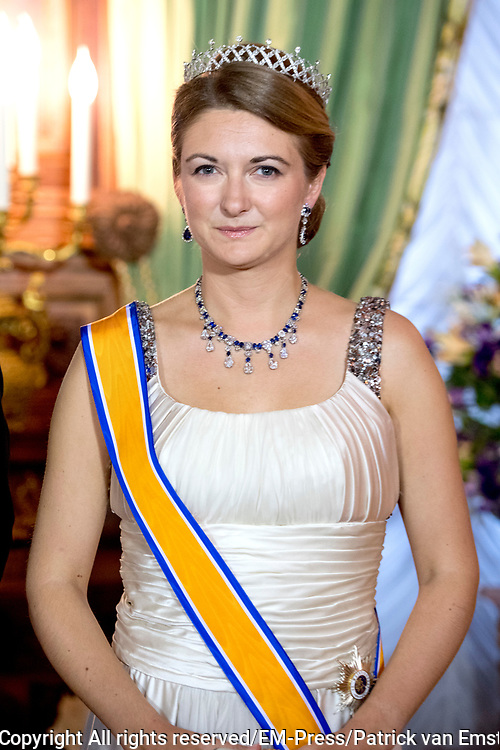 Staatsbezoek aan Luxemburg dag 1 / State visit to Luxembourg day 1<br /> <br /> Op de foto / On the photo: Fotomoment in de Salon des Rois. met Grand Ducal Guillaume and Erfgroothertogin Stephanie of Luxembourg / Photo with Grand Duchess Stephanie of Luxembourg in the Salon des Rois.