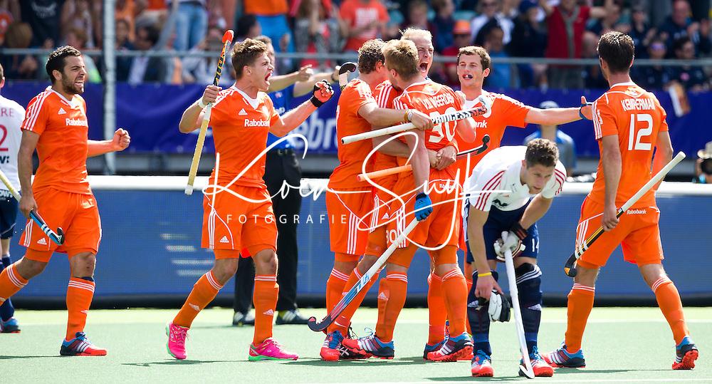DEN HAAG - Mink van der Weerden (m) heeft de stand op 1-0 gebracht en wordt omhelsd door o.a. Billy Bakker tijdens de halve finale wedstrijd tussen de mannen van Nederland en Engeland voor de World Cup Hockey 20124. links Valentin VergaANP KOEN SUYK