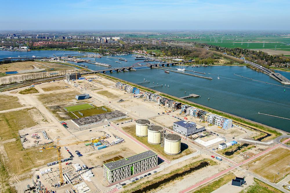 Nederland, Noord-Holland, Amsterdam, 20-04-2015; Zeeburgereiland met silo's van de voormalige rioolwaterzuivering Zeeburg en zelfbouwkavels. Foto richting Oranjesluizen en Schellingwouderbrug.<br /> Island Zeeburg, Amsterda East, former sewage treatment paltm and industrial ares, now new urban developement.<br /> <br /> luchtfoto (toeslag op standard tarieven);<br /> aerial photo (additional fee required);<br /> copyright foto/photo Siebe Swart
