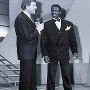 NLD/Bussum/19881222 - Sportverkiezing van het Jaar 1988 in het Spant, optreden, presentator Ruud ter Weijden en bokser Regilio Tuur