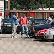 NLD/Amsterdam/20070727 - Rick en Bob Brandsteder halen op het politieburo hun schade auto van hun moeder op na een ongeluk bij het Rijksmuseum