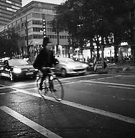 Musiker på sykkel. Musician riding a bike.