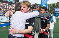 UTRECHT -  Klaas Vermeulen (A'dam) , die zijn laatste wedstrijd speelde op tophockey, met Erik Cornelissen (voorzitter KNHB), en links Erik Gerritsen (directeur KNHB),   de finale van de play-offs om de landtitel tussen de heren van Kampong en Amsterdam (3-1). rechts Valentin Verga (A'dam)    COPYRIGHT KOEN SUYK