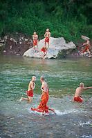 Laos, Province de Luang Prabang, ville de Luang Prabang, Patrimoine mondial de l'UNESCO depuis 1995, les moines novices se baignent dans la riviere Nam Khan // Laos, Province of Luang Prabang, city of Luang Prabang, World heritage of UNESCO since 1995, novice monk taking bath on the Nam Khan river