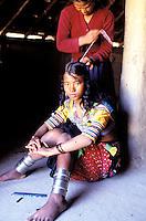 Nepal - Region du Teraï - Ethnie Rana Tharu - Tressage des cheveux
