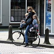 NLD/Laren/20080503 - Michiel Moll, partner Pauline Huizinga en kinderen Myrthe en Pieter-Jan Edo op de fiets in Laren NH