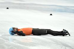21-02-2014 SHORTTRACK: OLYMPIC GAMES: SOTSJI<br /> Grote teleurstelling bij de mannen op de relay. In de eerste bocht ging Nederland al onderuit / Daan Breeuwsma ligt verslagen op het middenterrein<br /> ©2014-FotoHoogendoorn.nl