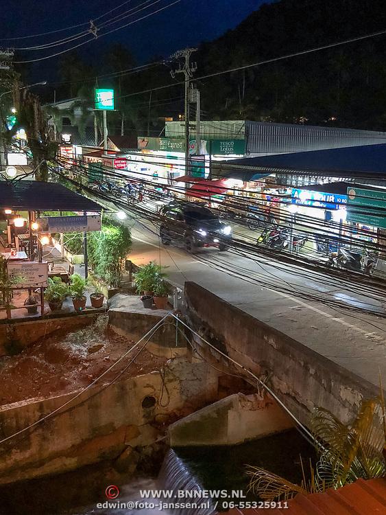 THA/Koh Chang/20180724 - Vakantie Thailand 2018, straat in Kph Chang met overhangende stroomkabels