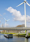 Windturbine 's bij de Hartelkering brug in  Europoort, Rotterdam. - Wind turbine near Europort, Rotterdam, Netherlands