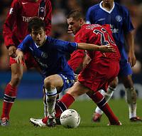Fotball<br /> Foto: SBI/Digitalsport<br /> NORWAY ONLY<br /> <br /> Paris SG v Chelsea<br /> UEFA Champions League. Stamford Bridge, London. 24/11/2004.<br /> <br /> Joe Cole of Chelsea avoids Sylvain Armand of PSG.