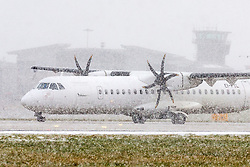 © Licensed to London News Pictures. 08/02/2021. Leeds UK. An Aer Lingus aircraft prepares to take off in heavy snow at Leeds Bradford airport in Yorkshire today as the UK is battered by Storm Darcy. Photo credit: Andrew McCaren/LNP