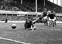 Fotball<br /> England <br /> Foto: Colorsport/Digitalsport<br /> NORWAY ONLY<br /> <br /> Bob Wilson (Arsenal goalkeeper) tips a shot around the post. Everton v Arsenal. 20/2/1971.