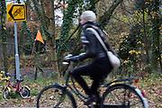 Een kinderfiets staat geparkeerd tegen een omleidingsbord voor fietsers in de Utrechtse wijk Lunetten.
