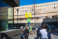 """DEU, Deutschland, Germany, Berlin, 31.03.2021: Aktivisten von Greenpeace demonstrieren bei der Vorstellung einer Informationsoffensive vor dem Bundeslandwirtschaftsministerium. Mit einem Plakatmotiv auf einem Fahrzeug wirbt das Ministerium für mehr Wertschätzung für die Landwirtschaft unter dem Motto """"Kraut und Rüben. Gibt's nicht für'n Appel und'n Ei – Landwirtschaft ist mehr wert."""""""