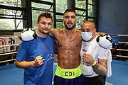 BOXEN: Hamburg Giants Professional Boxing, Hamburg. 01.08.2020<br /> Edison Zani mit Trainer Christian Morales und Durak Ince<br /> © Torsten Helmke