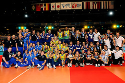 23-08-2009 VOLLEYBAL: WGP FINALS CEREMONY: TOKYO <br /> Brazilie wint de World Grand Prix 2009 / met oa. Thaisa Menezes, Marianne Steinbrecher, Danielle Lins, Fabiana de Oliveira, Fabiana Claudino en Sheilla Castro, links Rusland en rechts Duitsland dat de bronzen medaille won<br /> ©2009-WWW.FOTOHOOGENDOORN.NL
