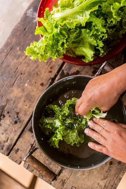 Rio Pardo de Minas_MG, Brasil.<br /> <br /> Cisternas instaladas em residencias da comunidade de Peixe Bravo. Na foto, mulher lavando alfaces.<br /> <br /> cistern installed on Peixe Bravo community residences. In this photo woman washing lettuce.<br /> <br /> Foto: LEO DRUMOND / NITRO
