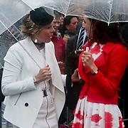 NLD/Wemeldinge/20100430 -  Koninginnedag 2010, Laurentien in gesprek met Aimee