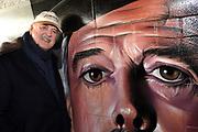 John Cleese opent de opgeknapte Dommeltunnel in Eindhoven. De tunnel nabij het centraal station is door Studio Giftig voorzien van graffiti: de Silly Walks van het gezelschap waarvan Cleese deel uitmaakte begin jaren zeventig, Monty Python. <br /> <br /> John Cleese opens the refurbished tunnel Dommel in Eindhoven. The tunnel near the main train station by Studio Toxic air graffiti: the Silly Walks the company which Cleese part in the early seventies, Monty Python.<br /> <br /> Op de foto / On the photo:  John Cleese verricht de officiele opening / John Cleese performed the official opening