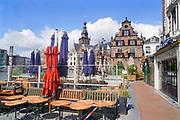 Nederland, Nijmegen, 30-4-2020 De horeca is al enkele weken gesloten vanwege de coronadreiging en veel ondernemers willen dat de regering het normale dagelijks leven weer langzaam laat opstarten . Opgestapelde stoelen . Unlock,beperkende,beperkingen, opheffen,versoepelen,versoepeling , opengooien. Foto: Flip Franssen