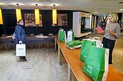 Nederland, Nijmegen, 8-5-2020  Boeken afhalen bij de afhaalbieb van de openbare bibliotheek gelderland zuid .  Leden kunnen online een genrevoorkeeur opgeven waarna de medewerkers van de bibliotheek een tasje met boeken samenstellen, een verrassingspakket .Foto: Flip Franssen