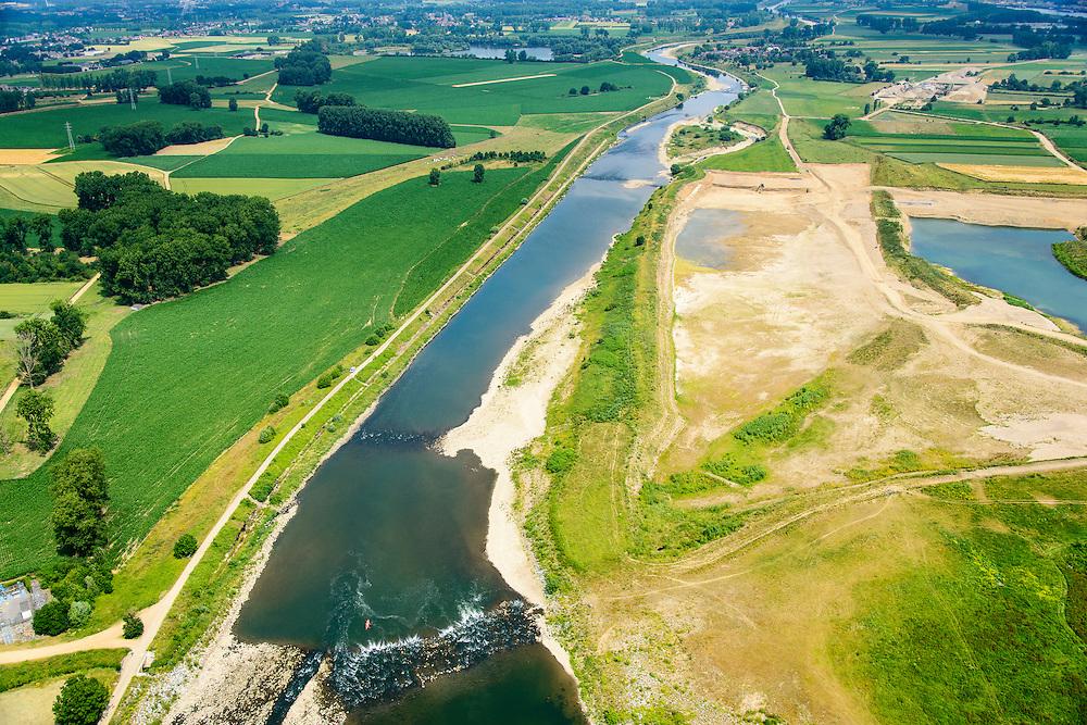 Nederland, Limburg, gemeente Stein, 07-03-2010; Meers, werkzaamheden in het kader van het project Grensmaas. Links de Maas met verbreedde stroomgeul, de gegraven plas (rechts) gaat dienen als gronddepot. <br /> Grensmaas project is een samenspel van rivierbeveiliging door stroomgeulverbreding en oeververlaging, natuurontwikkeling en ontgrinding.<br /> Meers, work under the project Meuse. The river with widened stream channel, the dug lake will serve as the soil depot.Grensmaas (Border Meuse) project is a combination of security by stream channel widening and bank reduction, habitat developement and 'de-gravelisation'.<br /> luchtfoto (toeslag op standard tarieven);<br /> aerial photo (additional fee required);<br /> copyright foto/photo Siebe Swart
