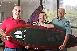 Moacir Galbisnki, sócio da supermarcas (C) com o outro socio Nilton Maciel (D) e o diretor de marketing Ricardo Nunes, da empresa Supermarcas que recentemente adquiriu os direitos de vender Hang Ten no Brasil. FOTO: Jefferson Bernardes/Preview.com