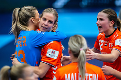 Tess Wester of Netherlands, Danick Snelder of Netherlands, Bo van Wetering of Netherlands during the Women's EHF Euro 2020 match between Netherlands and Germany at Sydbank Arena on december 14, 2020 in Kolding, Denmark (Photo by RHF Agency/Ronald Hoogendoorn)