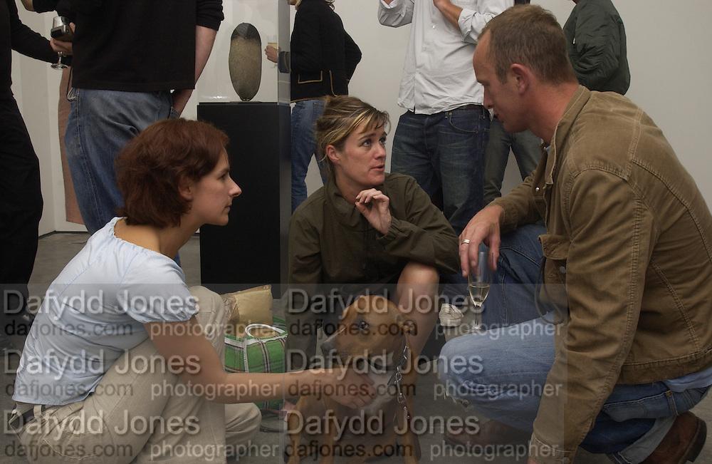 Rachel Howard, Abigail Lane and Johnnie Shand Kydd. White Cube opening. 25 September 2002 © Copyright Photograph by Dafydd Jones 66 Stockwell Park Rd. London SW9 0DA Tel 020 7733 0108 www.dafjones.com