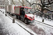 De Utrechtse Citycargo, een compacte elektrische vrachtwagen, rijdt door de sneeuw in Utrecht