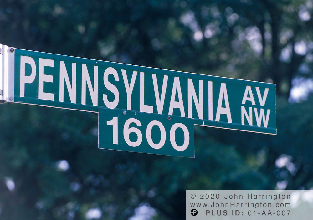Street sign of 1600 Pennsylvania Avenue, the White House.