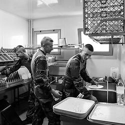 mardi 13 septembre 2016, 13h04, La Défense. Sur ce site, les militaires en mission Sentinelle prennent leur repas à la caserne de pompiers militaires avoisinante. Et quand la plonge est en panne, les sentinelles font leur vaisselle. <br /> <br /> Découvrir le livre Sentinelles, ils veillent sur Paris http://www.editionspierredetaillac.com/nos-ouvrages/catalogue/beaux-livres/sentinelles-ils-veillent-sur-paris