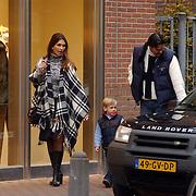 Suzan Blokhuis, vriend Guus Mars en zoon Steven winkelend in Laren