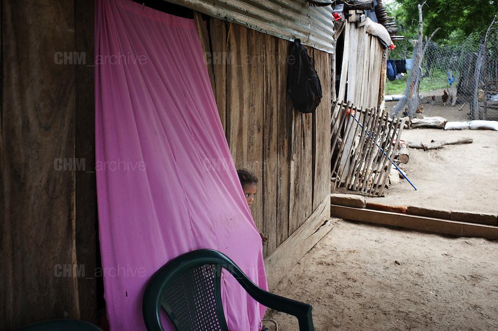 Un bambino, vicino di casa di Maria Ufenia Saldalla Errera e del Moncho gioca a nascondino.<br /> 18 maggio  2016 . Daniele Stefanini /  OneShot