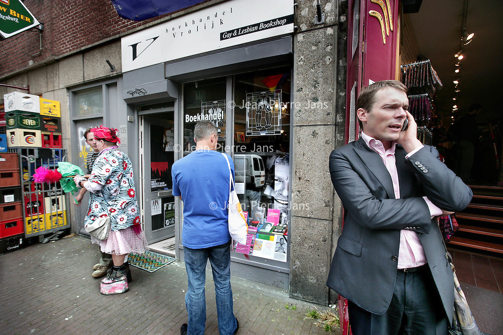 Nederland, Amsterdam , 31 juli 2009..Frank van Dalen naar de Gay Parade toe druk doende aan het bellen voor Gay en Lesbian Bookshop Vrolijk in de Paleisstraat terwijl binnen een boekpresentatie plaatsvindt..Frank van Dalen is voorzitter van de Stichting Pro Gay, die de Gay Pride organiseert..Foto:Jean-Pierre Jans