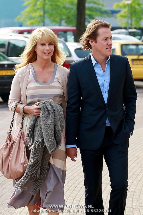 NLD/Huizen/20110429 - Lintjesregen 2011, aankomst Linda de Mol en partner Jeroen Rietbergen