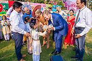 """Zijne Majesteit Koning Willem-Alexander en Hare Majesteit Koningin Máxima brengen op uitnodiging van president Ram Nath Kovind een staatsbezoek aan de Republiek India.<br /> <br /> His Majesty King Willem-Alexander and Her Majesty Queen Máxima on a state visit to the Republic of India at the invitation of President Ram Nath Kovind.<br /> <br /> Op de foto / On the photo: Bezoek aan 'Go-Girls-Go' en school RPVV Nand Nagri / Visit to """"Go-Girls-Go"""" and school RPVV Nand Nagri"""