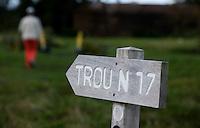 WIMEREUX   (FR.) - wegwijzer naar trou . van Wimereux Golf Club . Copyright Koen Suyk