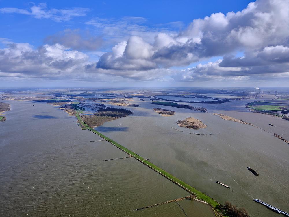 Nederland, Zuid-Holland, Werkendam, 25-02-2020; Hollands Diep overgaand in Nieuwe Merwede. In de voorgrond de Anna Jacominaplaat, in de achtergrond de spaarbekkens voor drinkwater in de Biesbosch (onderdeel Nationaal Park De Biesbosch).<br /> Rivers Hollands Diep and Nieuwe Merwede. In the foreground the Anna Jacomino plate, in the background the reservoirs for drinking water in the Biesbosch (part of  Biesbosch National Park).<br /> <br /> luchtfoto (toeslag op standard tarieven);<br /> aerial photo (additional fee required)<br /> copyright © 2020 foto/photo Siebe Swart