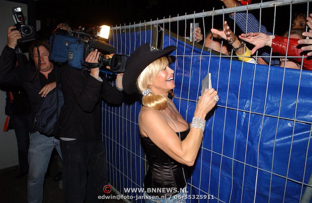 NLD/Amsterdam/20050806 - Gaypride 2005, optreden Vanessa, Conny deelt cd's uit aan fans