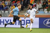 Fotball<br /> Frankrike v Uruguay<br /> Foto: Dppi/Digitalsport<br /> NORWAY ONLY<br /> <br /> FOOTBALL - FIFA WORLD CUP 2010 - GROUP STAGE - GROUP A - URUGUAY v FRANCE - 11/06/2010<br /> <br /> DIEGO FORLAN (URU) / WILLIAM GALLAS (FRA)