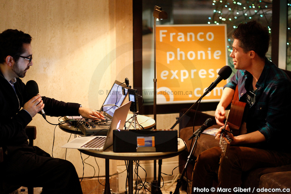Portrait en direct de Arnaud Lilian lors de l'émission radiophonique Francophonie Express  à  Bar Alice de l'hôtel Omni / Montreal / Canada / 2015-03-03, Photo © Marc Gibert / adecom.ca
